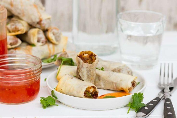 Recept voor loempia's voor 4 personen. Met kipfiletblokjes, Thaise roerbakgroente, doperwten, knoflook, ketjap manis, filodeeg, chilisaus en vermicelli