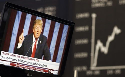 Валютные войны Трампа: как США спровоцировали скачок евро http://mnogomerie.ru/2017/01/31/valutnye-voiny-trampa-kak-ssha-sprovocirovali-skachok-evro/  Советник Дональда Трампа обвинил Германию вполучении несправедливых торговых преимуществ иторпедировании торгового договора сСША из-заискусственно слабого евро. Это может быть новым шагом квалютным войнам приТрампе Германия использует заниженный курс евро дляполучения торговых преимуществ надсвоими партнерами—США идругими…