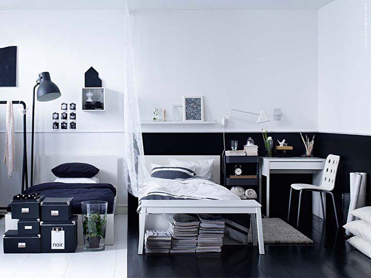 Att inreda grafiskt är kul. Att avgränsa sig till en svartvit färgskala sätter fart på kreativiteten. Jobba antingen med vitt på vitt så att en vit hylla ser ut att försvinna mot en vit vägg eller låt en vit säng poppa mot en svart bas.