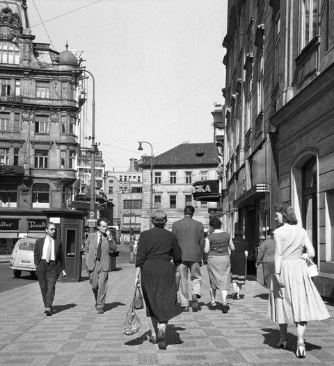 Ruch ulice (388) • Praha, 1959 •   černobílá fotografie, Národní třída, lidé, dlažba  • black and white photograph, Prague 