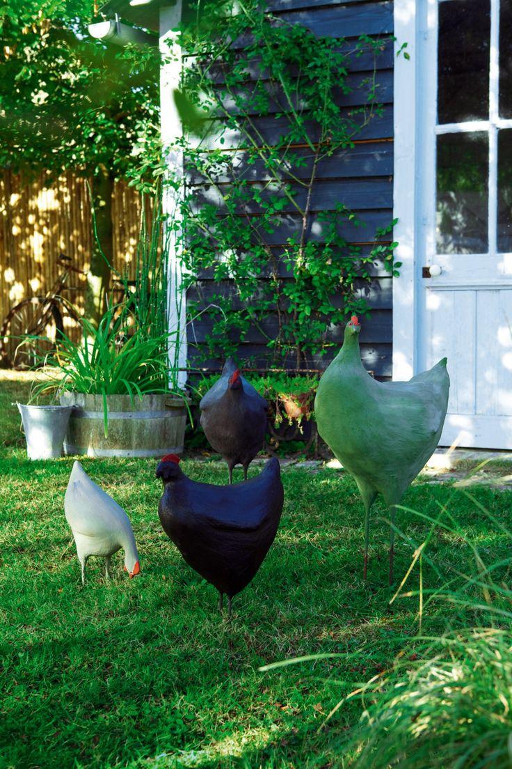Des poules de jardin en ciment