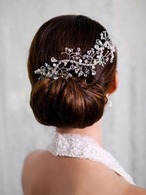 Peinados novia: Looks para el invierno de 2015 - Moño bajo adornado con diadema de pedrería