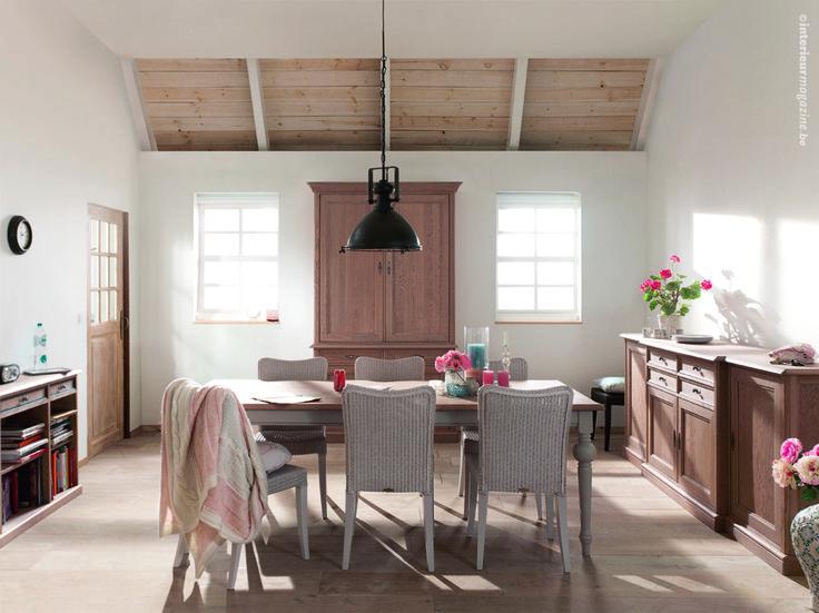 © interieurmagazine.com Karaktervolle landelijke meubelen. In natuurlijke eik, in zacht gelakte landelijke kleuren of een combinatie van de twee. Let ook op de loomstoelen - eigentijds!