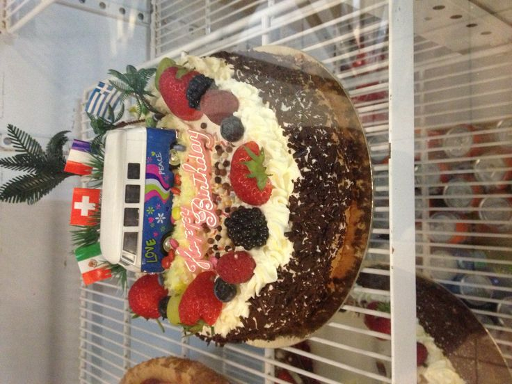 Amandel biscuit gevuld met slagroom en fruit  Afgewerkt met fruit, chocolade en vw busje