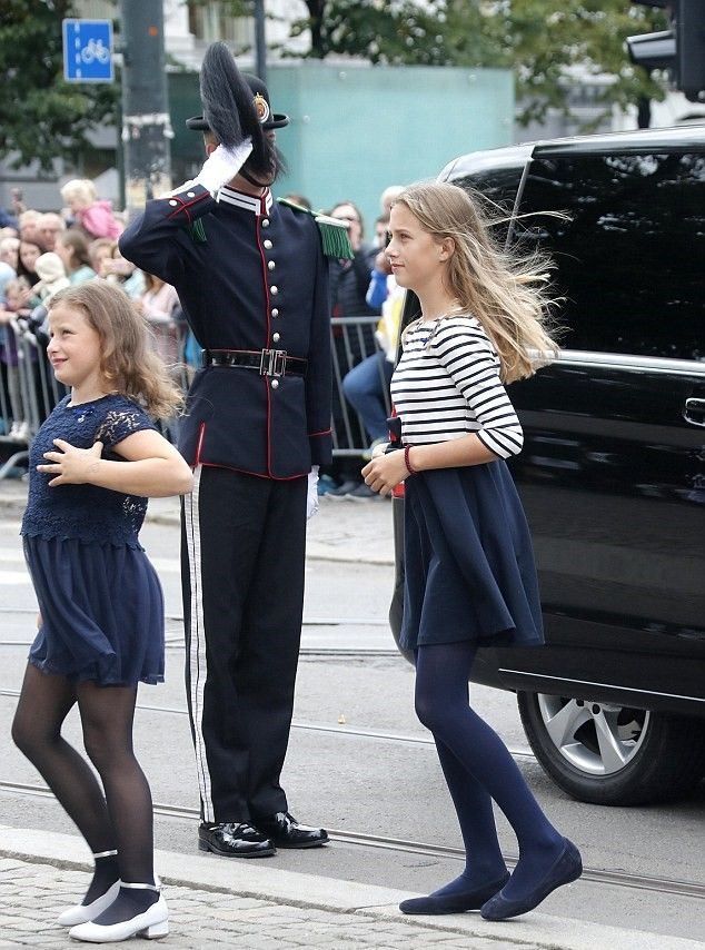 R L Leah Isadora Behn And Youngest Sister Emma Tallulah Behn Step Out Of Their Own Vehicle As T 50th Wedding Anniversary Celebrity Weddings Norwegian Royalty