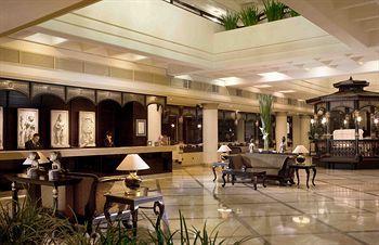 Mengusung desain tradisional Jawa, Hotel Santika Premiere Jogja akan membuat pengunjungnya merasa benar-benar berada di tanah Jawa. Dari luar, bangunan Hotel Santika Premiere tampak mirip seperti rumah Joglo sementara bagian lobinya berhiaskan ukiran, patung, serta lambang wayang kulit khas Jawa. Pesan langsung hotelnya disini http://www.voucherhotel.com/indonesia/yogyakarta/337637-hotel-santika-premiere-jogja-yogyakarta/