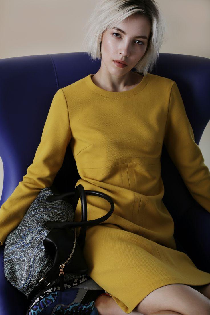 Окунаемся в атмосферу ранней осени с новым lookbook TOPBRANDS.На модели платье Cyrille Gassiline, сумка и кроссовки Etro #cyrillegassiline #etro #lookbook #fashion