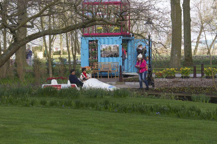 Een grappig gezicht: waterfiets van de Amsterdamse Tuin in het gras!