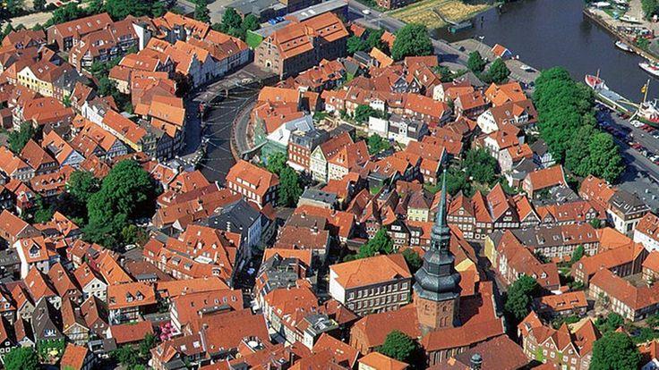 ALTES LAND - Stade, Charmante Fachwerkstadt Mit Tradition: Blick aus der Luft auf die Altstadt von Stade.