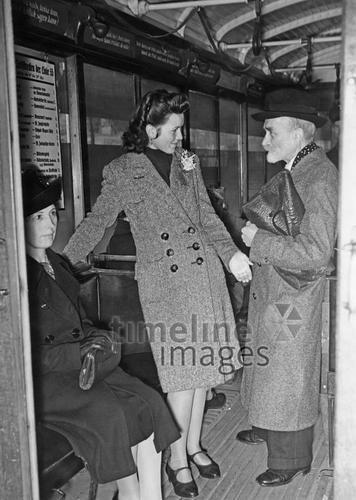 Berliner Straßenbahn, 1942 Timeline Classics/Timeline Images #Damenmode #Mantel #Mäntel #style #fashion #40er #40ies #1940er #vintage #stylish #Straßenbahn #Knöpfe