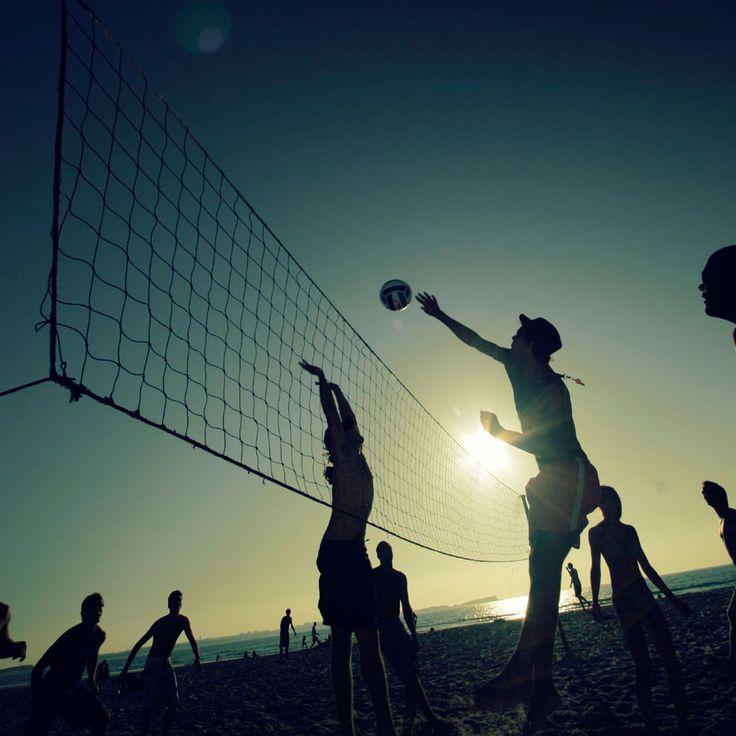 Mi me gusta jugar boleibol. Yo jugar en mi el patio trasero.