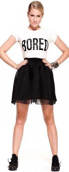 Set 89 Nikkie Plessen, Stoer shirt met de tekst Bored erop gecombineerd met een zwart klokkend model rokje.