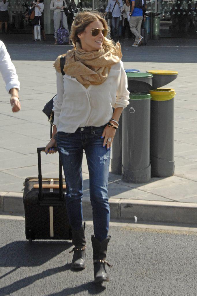Amaia Salamanca. Con jeans, camisa y botas planas, perfecta para viajar y un pañuelo para protegerse de la caída de temperaturas.