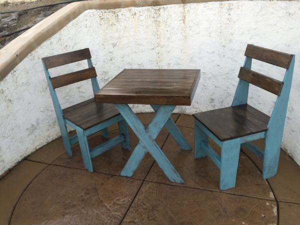 Cascade Blue Chalk-painted Pallet Bistro Set What to do with left over mix matching pieces from pallets.