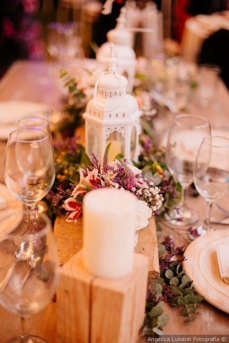 Dale un toque vintage a tu boda con estos centros de mesa con farolillos #centrosdemesa #farolillos #flores #decoracion #decoraciondeboda #recepcion #estilo #vintage #centerpiece #lanterns #flowers #decoration #wedding #style