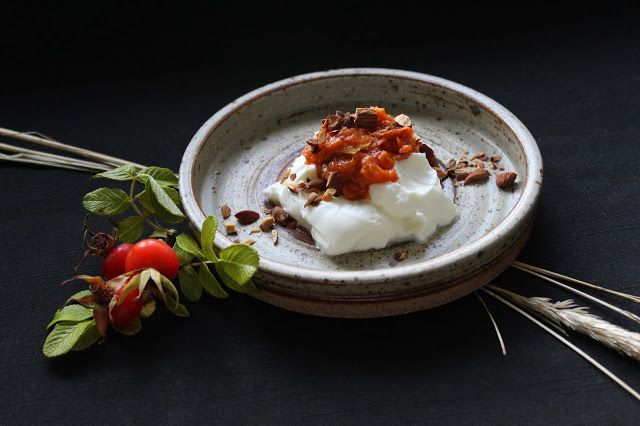 Rosehip marmelade with apples - served with skyr and roasted almonds