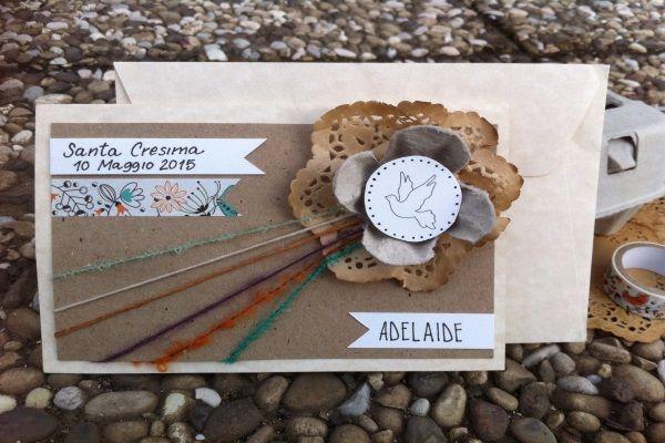 Biglietto per la Cresima Fai da Te. Per questo progetto ho usato dei fili di lana e i contenitori delle uova, dai quali ho ricavato un fiore.