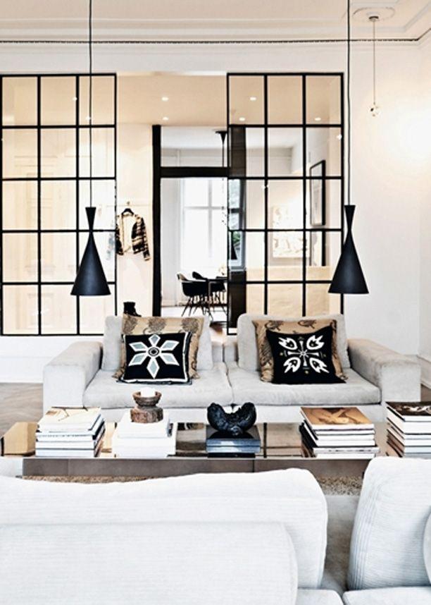 Hos Naja Munthe er der højt til loftet og plads til både souvenirs, moderne møbler og ting fra naturen. Stilen i den store herskabslejlighed er afslappet med et råt touch og afdæmpede farver.