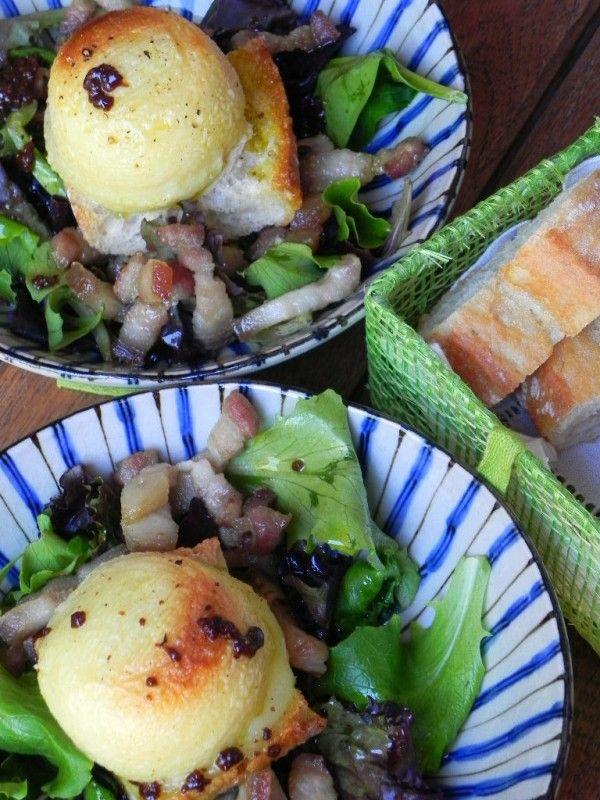 Ensalada francesa con queso de cabra, bacon y vinagreta de mostaza