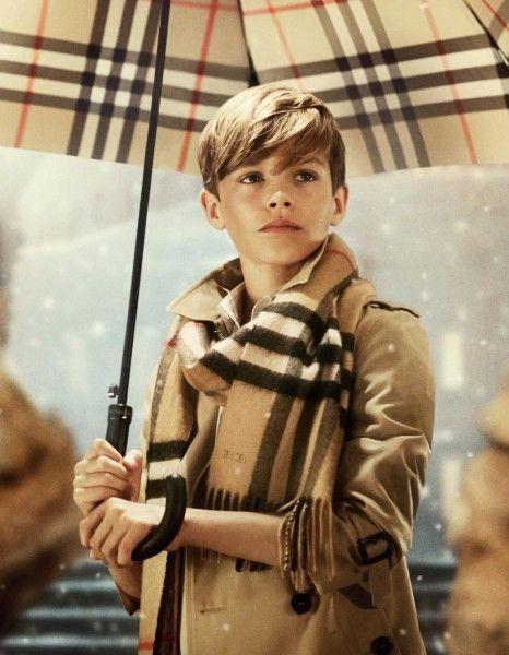 Romeo, 12 ans, prête une deuxième fois son visage pour la campagne de Noël de Burberry. http://www.elle.fr/Mode/Les-news-mode/Autres-news/Exclu-Romeo-Beckham-Cupidon-pour-Burberry-2857042