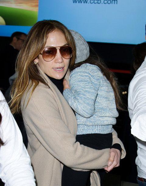 LONDRA La cantante Jennifer Lopez, molto apprezzata dal pubblico maschile per il suo fondoschiena da capogiro, è stata paparazzata mentre si trovava