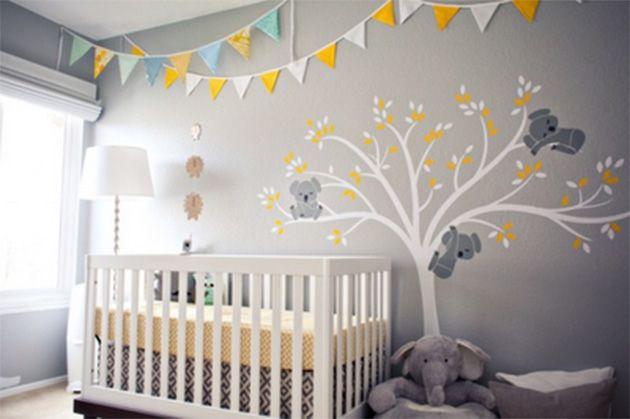 Room Room bebé: habitación de bebé en gris, con mural de arbol en blanco y detalles en amarillo.