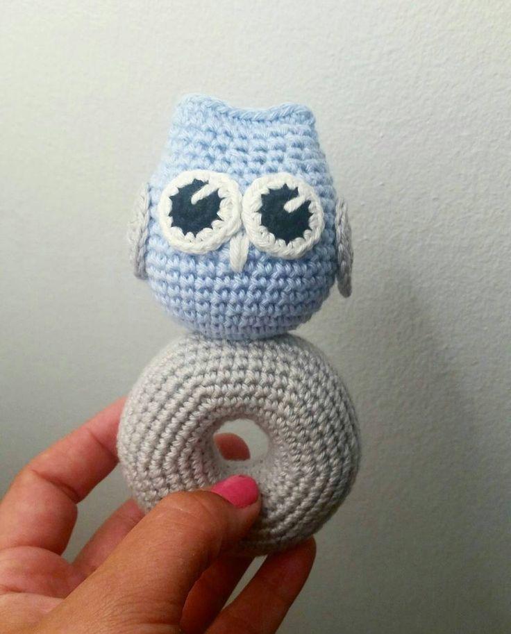 mariavirkar:: En beställning på en uggleskallra är färdig.  #virka #crochet #virkat #crocheting #crochetersofinstagram #crochetersanonymous #färgglatt #color #barn #virkattillbaby #virkattillbarn #virkarpåbeställning #skallra #babyskallra #uggleskallra #uggla #owl #owls #panduro #polarnopyret #amigurumi #owlstagram_feature #gravidabf2016 #gravidabf2017 #gravid #gravidbf2016 #gravidbf2017 #bf2016 #bf2017