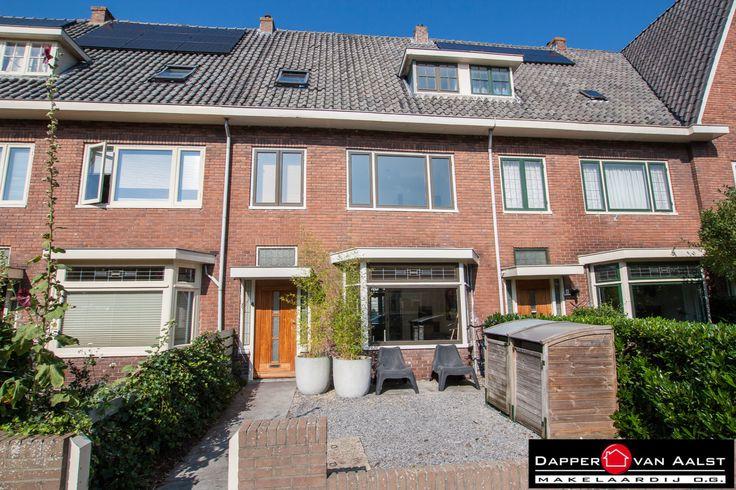 UNIEK! Zelden komt er een grote JAREN 30 WONING te koop in het gewilde Rembrandtkwartier in Alkmaar. Deze verrassend ruime en gemoderniseerde ERKERWONING is gelegen op loopafstand van de binnenstad, NS-station en uitvalswegen! TAG de persoon die hier graag wilt wonen! http://www.makelaar-alkmaar-dapper-vanaalst.nl/woning/alkmaar-gerard-doustraat-6/