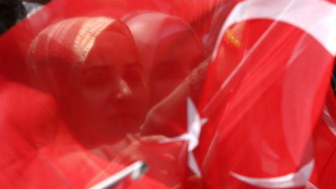 Het voorbije weekend waren er diplomatieke spanningen tussen Turkije en Nederland over een bezoek van een Turkse minister dat werd verhinderd. Nederland wil geen campagnemeetings van Turkse politici over een referendum daar in hun land. De meningen van andere Europese landen zijn verdeeld.