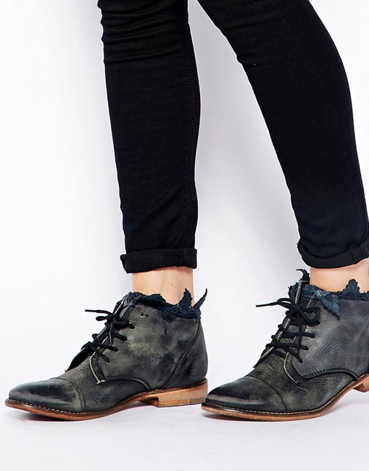 Ботинки с кружевом