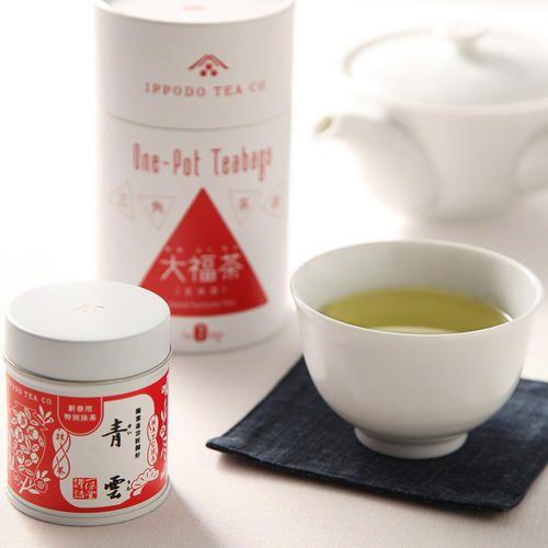新春を祝う特別な抹茶と、新年の無病息災を願った縁起ものの大福茶のお詰合せ。新年にふさわしい華やかな香りと濃厚なうまみを持つ抹茶はお濃茶、薄茶どちらでもおすすめ。茶銘の「青雲」は裏千家お家元より頂戴しました。大福茶は上質な葉を使用した玄米茶。高島屋限定として、大き目なティーバッグに仕立てました。どなたでも便利にお使いいただけます。新年にふさわしいお詰合せ。贈りものにぜひ。