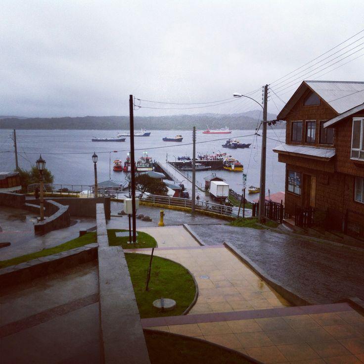 Melinka, vista borde, con lluvia.