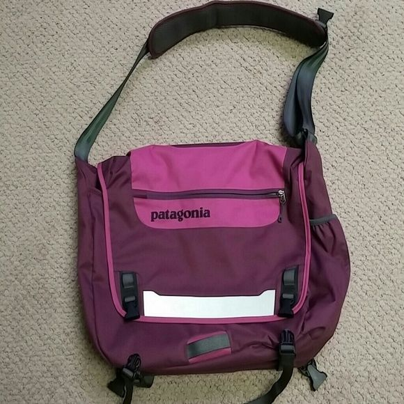 Patagonia Half Mass messenger bag Barely used messenger bag. Has a laptop pocket big enough to fit a 15 inch computer. Greet condition Patagonia Bags Backpacks
