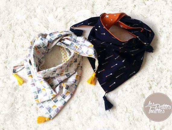 Réalisez un petit chèche à pompons pour enfant. Ce tuto de couture est très simple à réaliser pour coudre un joli chèche réversible pour enfant.