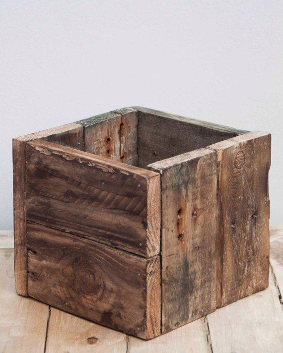 Paquete de la caja de madera rústica - 1 pequeño y 1 caja grande de madera reciclada de palets.  Estos pueden utilizarse en interiores o al aire libre, así que son perfectos para el almacenamiento de baño, macetas de jardín, dondequiera que usted necesite ordenar. Apilar las cajas grandes y grandes para ahorrar espacio cuando no son necesarios.  Perfecto para su propia casa, o como un regalo de boda o la inauguración de la casa.  Acabado apagado con un barniz transparente mate, tinte madera…