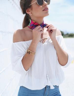 Seams for a desire Blusa blanca con hombros al aire