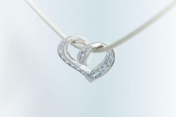 Geschwungener Herzanhänger aus echt 925 Silber mit kleinen Zirkoniasteinen besetzt