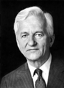 Richard Karl Freiherr von Weizsäcker - (* 15. April 1920 in Stuttgart; † 31. Januar 2015 in Berlin) war ein deutscher Politiker (CDU). Er war von 1981 bis 1984 Regierender Bürgermeister von Berlin und von 1984 bis 1994 der sechste Bundespräsident der Bundesrepublik Deutschland. (Wikipedia)