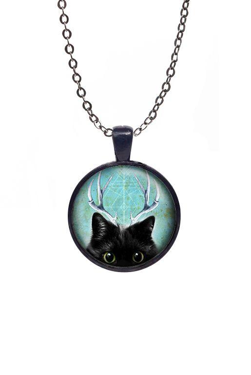 Bildhalsband med katt – Horn | Foxboheme - Ett bildhalsband med en svart katt med horn och blå/grön bakgrund. Halsbandet finns i flera olika varianter. Ramen finns i ljus silver, antiksilver, brons och svart och bilden är täckt med en glaskupol.