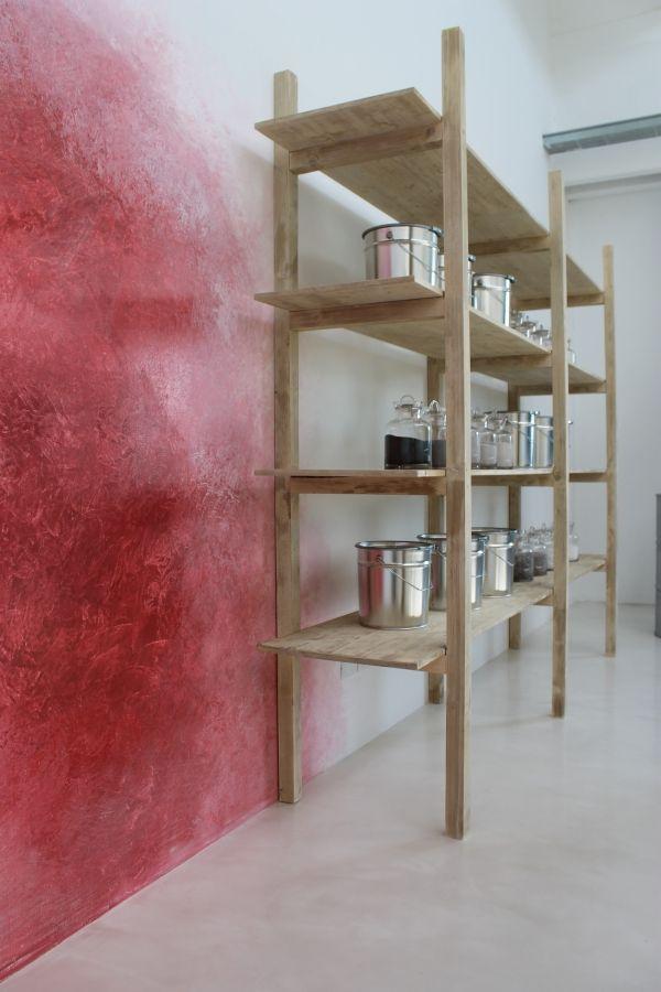Parete in resina decorativa rossa realizzata per uno degli ambienti della sala mostre Giesse Service