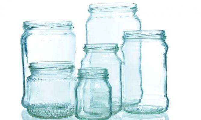 Antes de empezar a decorar los botes de cristal para reutilizarlos, hay que eliminar las etiquetas. ¿Cómo?