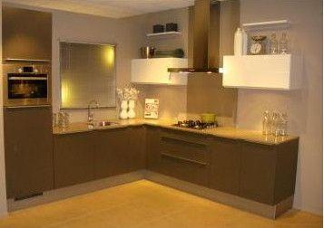 346. Moderne keuken met Bosch apparatuur. 270 x 270 cm (buitenmaten). Luxe keukenapparatuur inclusief geïntegreerde vaatwasser.   Goedkoopste showroomkeukens