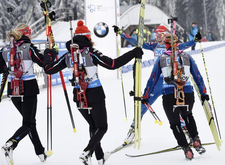 Nikdo nebyl lepší. Eva Puskarčíkova, Gabriela Soukalová, Jitka Landová a Veronika Vitková slaví prvenství ve štafetě Světového poháru