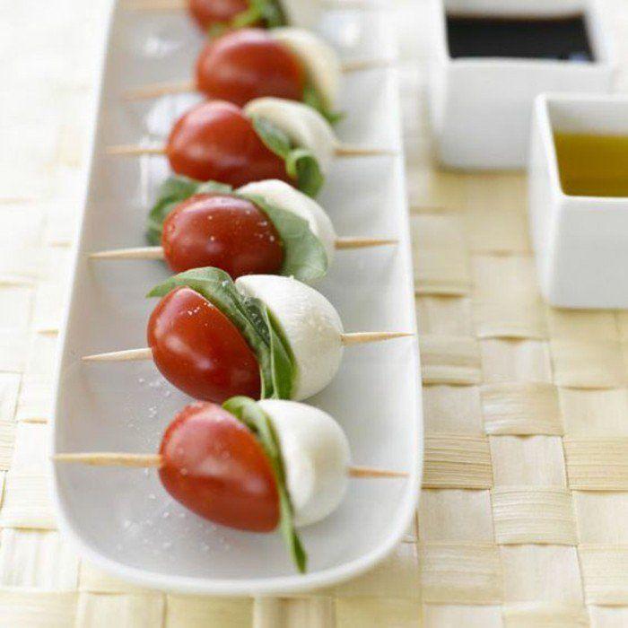 idée apéro dinatoire facile et originale, cure dent de tomates cerises, mozzarella et basilic
