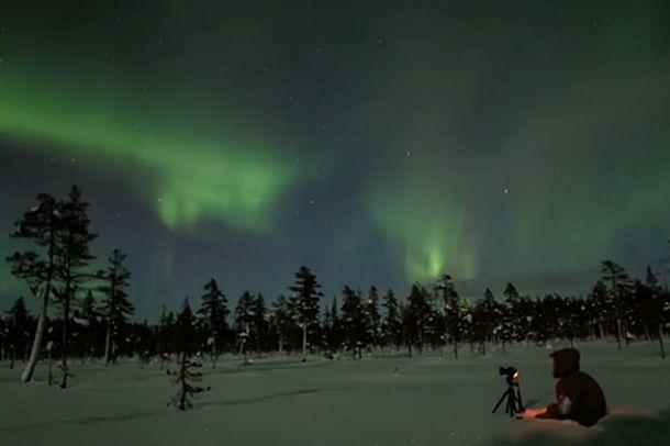 Kaksi valokuvaajaa lähtee tammikuiseen Lappiin etsimään yötaivaan valoja. Katso upeat revontulet kuvattuna tammikuussa 2013 Pallas-Yllästunturin kansallispuistossa (video 8:18).