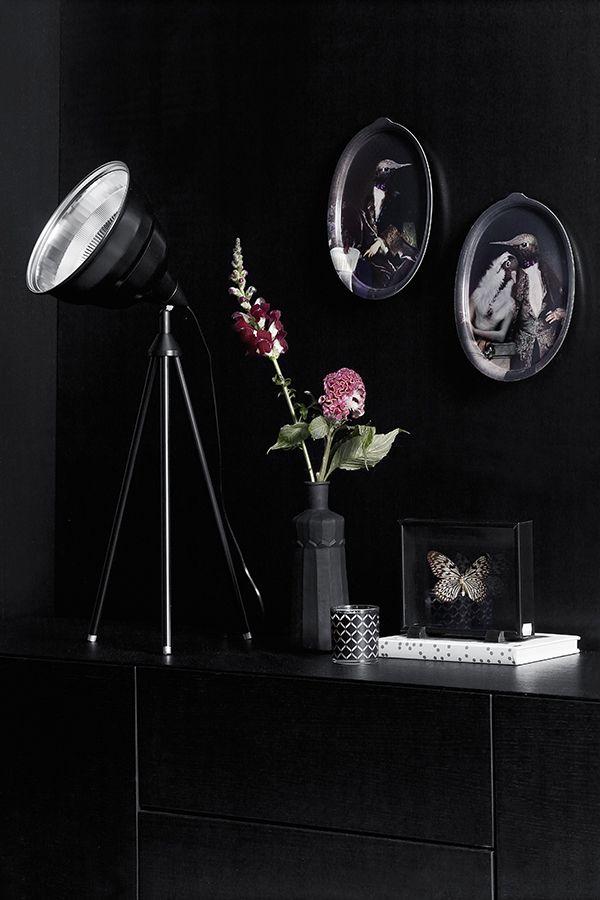Upea #black -maali luo upeat raamit kodin sisustusesineillesi - musta tuntuu! #tikkurila #mustatuntuu #musta #sisustus #wallpaint