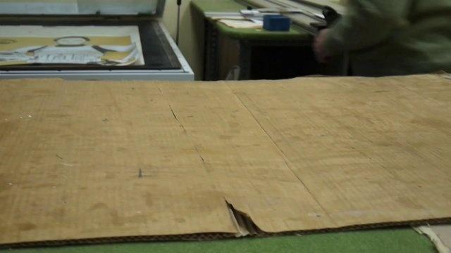 """PAPI HA VUELTO by Agu Méndez. Proceso de enmarcado artesanal de """"Papi ha vuelto"""". Obra realizada para www.sleeplessnights.es"""