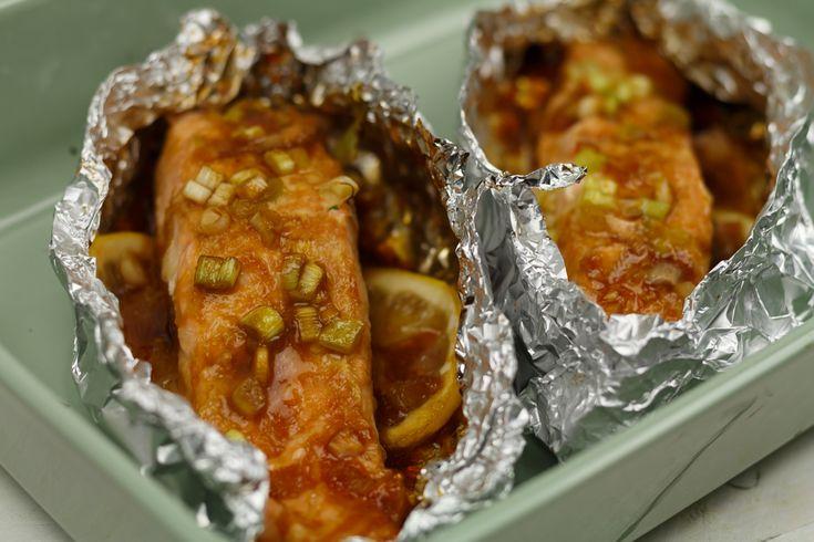 Zin in een lekker visje uit de oven? Maak dan eens deze heerlijke zalmpakketjes met teriyaki saus! Super makkelijk en klaar in een half uurtje.
