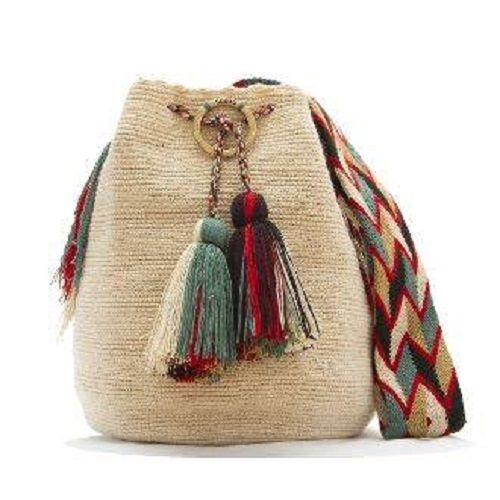 Este bolso es de origen Wayúu, indígenas de la península guajira, hoy...otras latitudes absorben nuestro arte originario, que es venezolano.