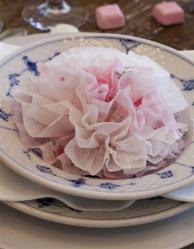 Er du så heldig at have en stor begivenhed at fejre, så kig med her, hvor vi hjælper dig med at folde den fineste serviet som en rose.